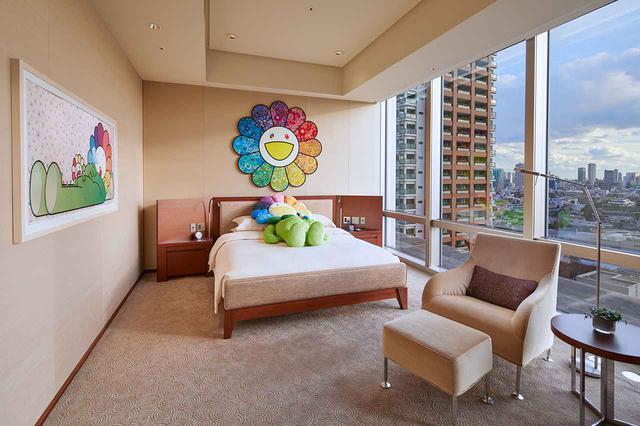 画像: ベットルームにも、お花の親子の作品を設置。ベッドには、お花の親子のぬいぐるみが寝そべる