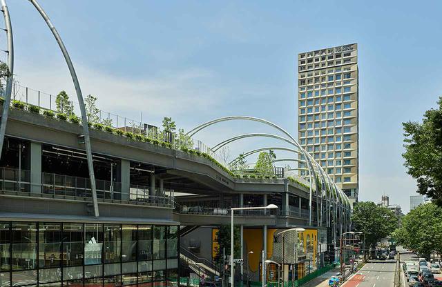 画像: 「MIYASHITA PARK」の4階に位置するエントランスは、屋上の渋谷区立宮下公園に面し気持ちのいい空間が広がる
