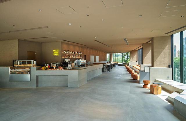 画像: ホテルのエントランスを入ると、「sequence」と「渋谷区立宮下公園」を結ぶカフェエリア「VALLEY PARK STAND(ヴァリー・パーク・スタンド)」があり、公園と一体型で自由な雰囲気で集えるコミュニケーションの場に