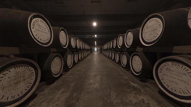 画像: 蒸溜所の貯蔵スペース。山崎特有の湿潤で温暖な気候により、樽のなかでウイスキー原酒が熟成していく