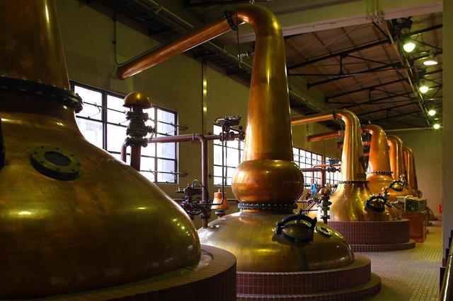 画像: 形状の異なる16基の蒸溜釜を使い、味や風味の違う原酒を作る