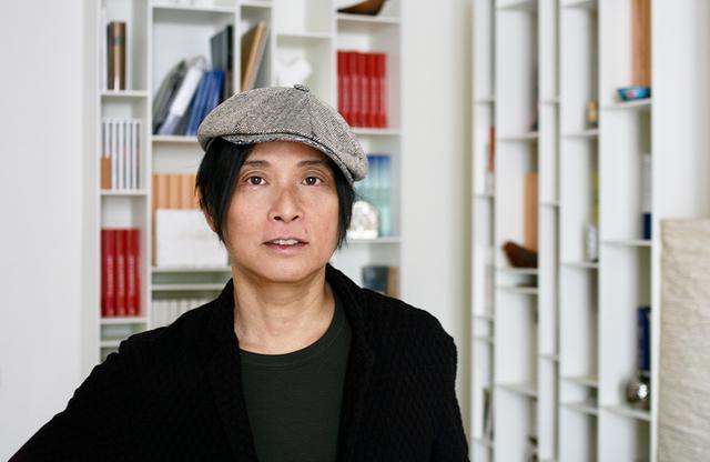画像: 辻 仁成(HITONARI TSUJI) 作家。1989年、『ピアニシモ』ですばる文学賞、1997年『海峡の光』で芥川賞、1999年『白仏』の仏語版「Le Bouddha blanc」でフランスの文学賞「フェミナ賞・外国小説賞」を受賞。現在はフランスを拠点にミュージシャン、映画監督、演出家など幅広く活躍。新刊は「十年後の恋」(集英社)。 Webマガジン「Design Stories」 主宰 COURTESY OF HITONARI TSUJI