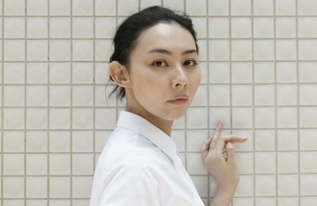 画像: 朝吹真理子(MARIKO ASABUKI) 作家。1984年東京都生まれ。2009 年、「流跡」でデビュー(第20回Bunkamura ドゥマゴ賞受賞)。2011年、「きことわ」で第144回芥川賞受賞。近刊に小説『TIMELESS』(2019年、新潮社)、エッセイ集『だいちょうことばめぐり』(写真:花代。2021年、河出書房新社) PHOTOGRAPH BY KENSHU SHINTSUBO