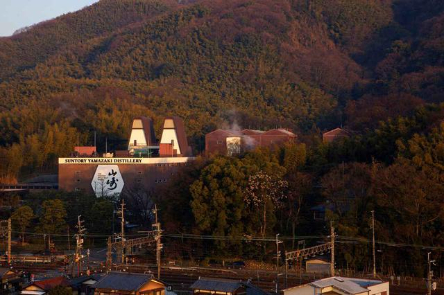 画像: 大阪と京都の県境、天王山の麓にある山崎蒸溜所。サントリーでは山崎と山梨県・白州蒸溜所の2箇所で見学ツアーを実施。あわせて毎年約30万人が見学に訪れてきた。 白州蒸溜所 でもオンラインライブを開始