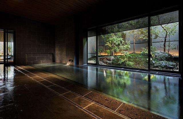 画像: 男女別大浴場にはそれぞれ庭が造られ落ち着いた雰囲気。男湯にはドライサウナ、女湯にはオリジナルアロマのミストサウナが付いている