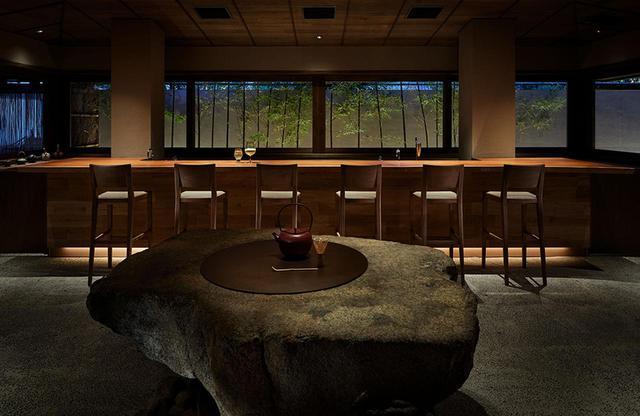 画像: ロビーに隣接する「茶寮 月かげ」は、かつて茶業で潤っていた代田の歴史を継承し日本茶をメインに、昼はカフェラウンジとして自家製甘味も提供。夜は大人の空気感あふれるバーに PHOTOGRAPHS:COURTESY OF NACASA & PARTNERS