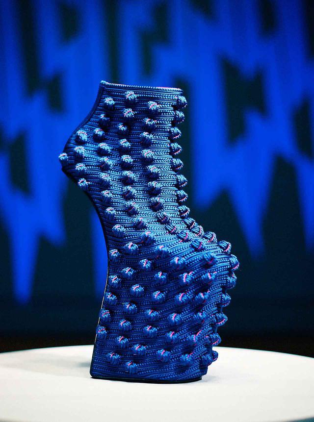 画像: 龍工房×舘鼻則孝の《Heel-less Shoes》。龍工房の創業時から作られてきた角形の組紐を使用した。太さ1ミリほどの絹糸を手で撚っていく作業は腕に覚えのある職人にしかできない