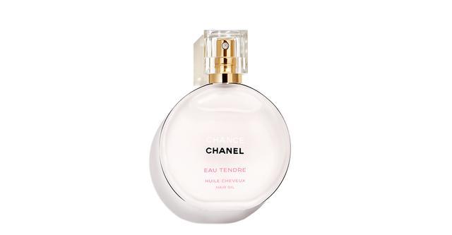 画像: 「チャンス オー タンドゥル ヘア オイル」<35ml>¥7,150(限定発売) グレープフルーツやジャスミン、ホワイト ムスクなどが織りなす、繊細でやわらかな香り。好印象を醸し出す、清潔感のある上品な香りが髪からほんのり漂う 商品詳細は こちら COURTESY OF CHANEL