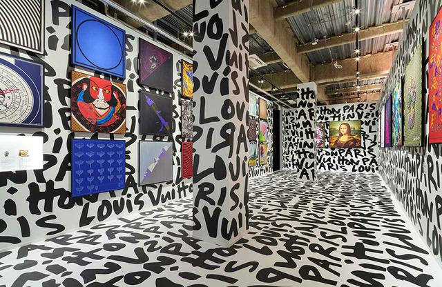 画像: シルクスカーフで表現された、様々なクリエイターとのテキスタイル・コラボレーション。日本の建築家、磯崎新、ブラジルのオズ・ジェメオス、フランスのアンドレ・サライヴァ、英国のべン・アイン、ニューヨークを拠点とする Aikoなどが参加した
