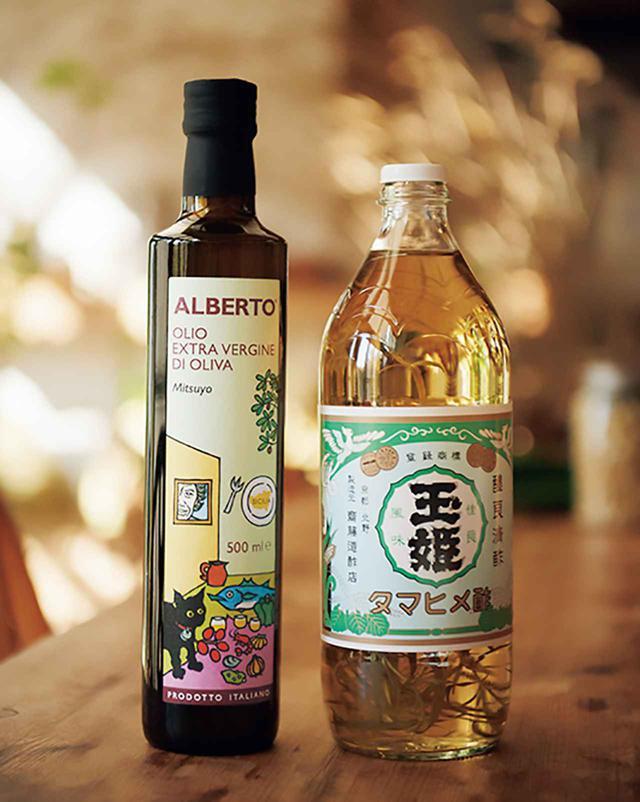 画像: 右は玉姫酢にタラゴンを加えた自家製タラゴンビネガー。左はシチリアの生産者アルベルトさんが日本人向けにブレンドしたEXVオリーブオイル「Alberto-Mitsuyo」