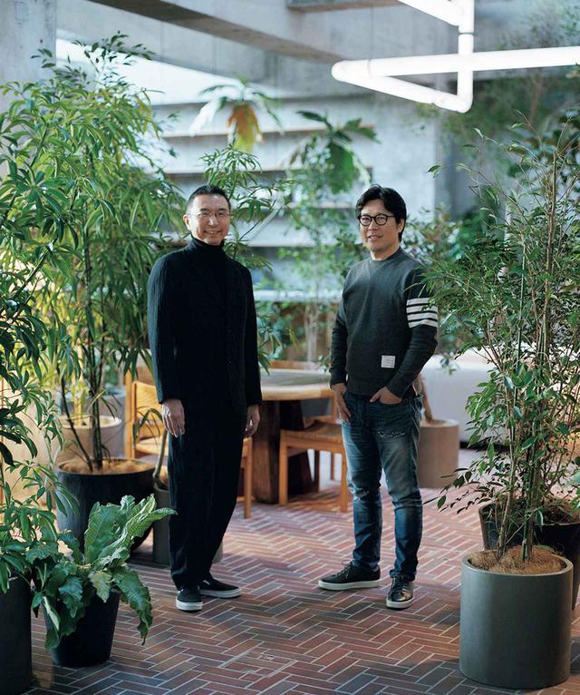 画像: 〈白井屋ホテル〉のラウンジに立つふたりのキーパーソン。建築家の藤本壮介と「JINS」創業者の田中 仁 (左) 藤本壮介(SOU FUJIMOTO) 建築家。1971年北海道生まれ。東京大学工学部建築学科卒業後、2000年に藤本壮介建築設計事務所を設立。同年の「青森県立美術館」設計競技で2位となり注目を集める。'08年〈児童心理治療施設〉でJIA日本建築大賞受賞。主な作品に〈武蔵野美術大学美術館・図書館〉、ロンドンの〈サーペンタイン・ギャラリー・パビリオン2013〉、南フランス・モンペリエの〈L'Arbre Blanc〉など (右) 田中 仁(HITOSHI TANAKA) 起業家。1963年群馬県生まれ。'88年にジェイアイエヌ(現ジンズホールディングス)を設立し、2001年よりアイウエアブランド「JINS」をスタート。'14年、群馬県内の地域活性化活動に取り組む田中仁財団を設立し、前橋市中心市街地活性化の拠点として「前橋まちなか研究室」を開設。起業家支援のための「群馬イノベーシ ョンアワード」や「群馬イノベーションスクール」も主宰