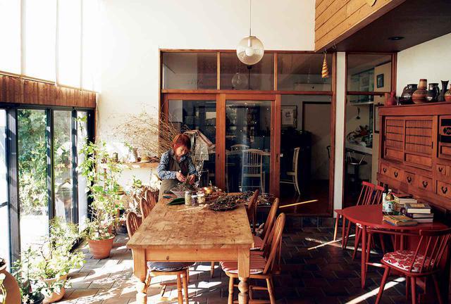画像: 北村光世(MITSUYO KITAMURA) 1939年、京都府生まれ。青山学院大学スペイン語教授を務めたのち、食文化研究に専念。イタリアの地域に根ざした食文化を研究し、ハーブとオリーブオイルを使った料理やハーブを活用する暮らしを紹介する。写真は自宅のリビングにて