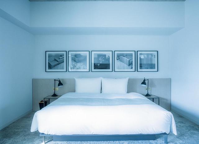 画像: アーティスト集団、ダムタイプのメンバーでもある高谷史郎の写真作品が飾られた部屋