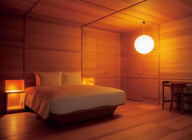 画像: 25室ある客室のうち4室はクリエイターが内装から手がけたスペシャルルームとなっている。写真は、デザイナー、ジャスパー・モリソンによるスペシャルルーム。木製の箱のようなデザインで、部屋に入ると心地よい木の香りが楽しめる