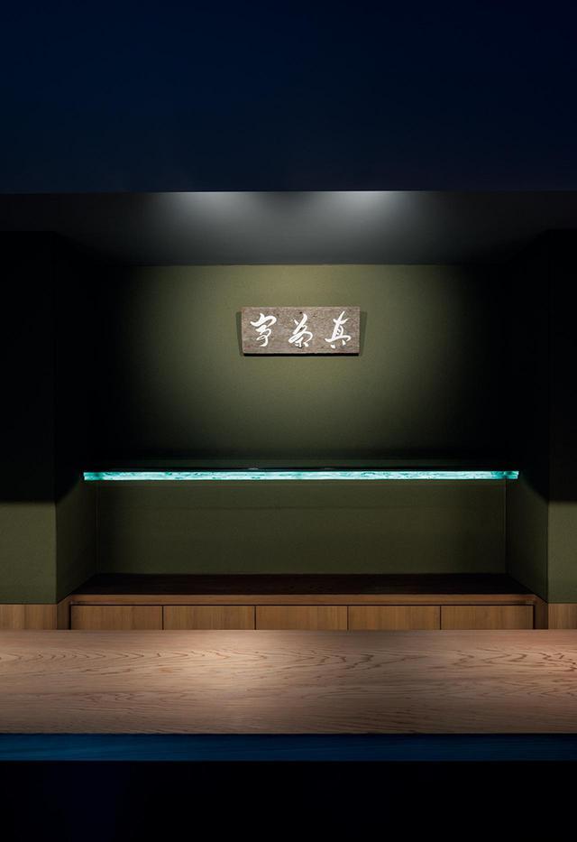 画像: 現代美術家の杉本博司と建築家の榊田倫之による新素材研究所が設計した「真茶亭」 プライベートな会食や集いを行うための特別個室。〈白井屋旅館〉にあった茶室に着想を得て、内装の土壁は抹茶色に。ファサードには職人が小口を割って表情をつけた100枚を超えるガラスが積み重ねられている © HIROSHI SUGIMOTO / COURTESY OF NEW MATERIAL RESEARCH LABORATORY