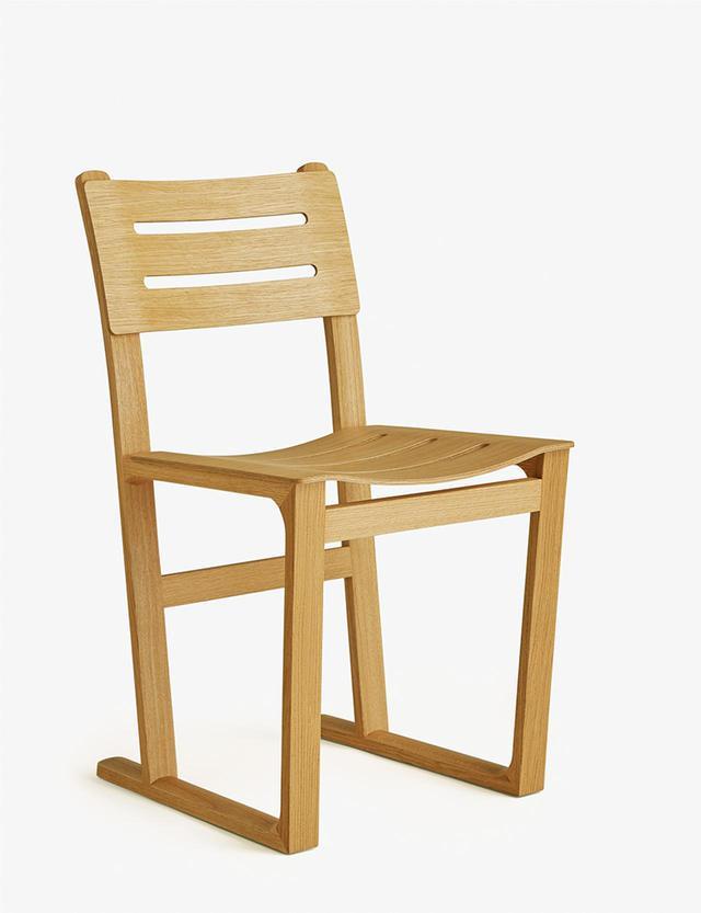 画像: 《エキリーブル・ドゥ・エルメス》¥839,300 <D50.6 × W45.7 × H80.9 cm>オーク材、シートはレザー タイムレスな魅力を放つ一脚。もとは修道院のためにデザインされた椅子をベースに新たにデザインされたチェア PHOTOGRAPH BY MAXIME VERRET, © HERMÈS2020