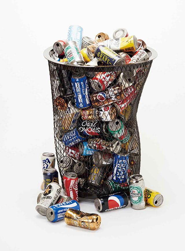 画像: 三島喜美代《作品 19-C5》2019年 シルクスクリーン印刷した陶に手彩色、鉄 サイズ可変 陶で創った空き缶を既存のゴミ箱に入れた作品。鮮やかな色彩が本物の空き缶と見まごう COURTESY OF TAKA ISHII GALLERY