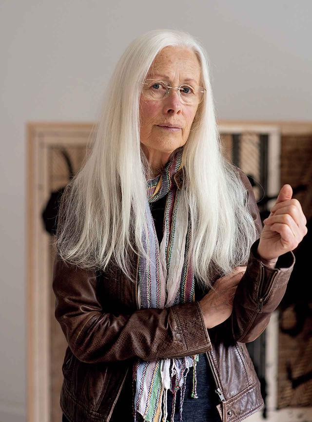 画像: ROBIN WHITE(ロビン・ホワイト) 1946年ニュージーランド生まれ。オークランド大学エラム美術学校で主にコリン・マッカホンに師事し、1970年代にモダニズムの画家として知られるようになる。'82年にキリバス共和国に移住し、'99年まで滞在。現地での経験を経て、個人の創作から地域の人々との共作へと作風が変化した。ニュージーランドに帰国後も、伝統的なバーククロスを用いた絵画をフィジー共和国やトンガ王国の作家と共に制作している COURTESY OF MCLEAVEY GALLERY, WELLINGTON/PHOTOGRAPH BY HARRY CULY