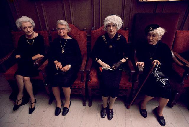 画像: スザンヌ・レイシー《避けられない連合》1976年 パフォーマンス ビルトモア・ホテル(ロサンゼルス) 展示されるパフォーマンス作品。老舗ホテルの改装を高齢女性の若返り整形になぞらえ、高齢者差別への関心を喚起したもの。本人もハリウッドの特殊メイクをして出演 PHOTOGRAPH BY RAUL VEGA