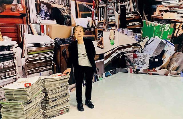 画像: 三島喜美代(KIMIYO MISHIMA) 1932年大阪市生まれ。中学時代に油彩を始め、三島茂司に師事。卒業後、独立美術協会の独立展に出品する。1950年代後半からは印刷物や廃品を用いたコラージュ、油彩など、実験的な平面作品を発表。'73年以降、陶にシルクスクリーンで印刷を施す立体作品を制作。'86年から約1年間、ロックフェラー財団の奨学金によりニューヨークに滞在する。帰国後は岐阜県土岐市にもアトリエを構える。展覧会では、陶で創った作品のほか、60年代に制作された平面のコラージュ作品も登場する COURTESY OF MORI ART MUSEUM