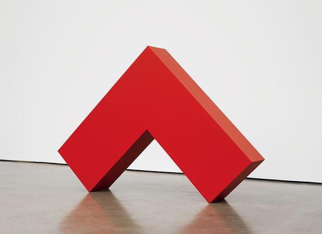 画像: カルメン・ヘレラ《赤い直角》2017-2018年 塗料、アルミニウム 109.7×153.7×26.4cm 本展覧会の最高齢アーティスト、カルメン・ヘレラ COURTESY OF LISSON GALLERY