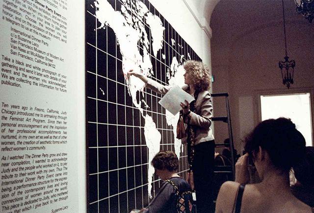 画像: スザンヌ・レイシー&リンダ・プロイス《インターナショナル・ディナー・パーティー》1979年 ジュディ・シカゴの《ディナー・パーティ》の展示に合わせて、各国のフェミニストたちが現地の女性の功績を称える食事会を同時開催した記録を集めた パフォーマンス サンフランシスコ近代美術館