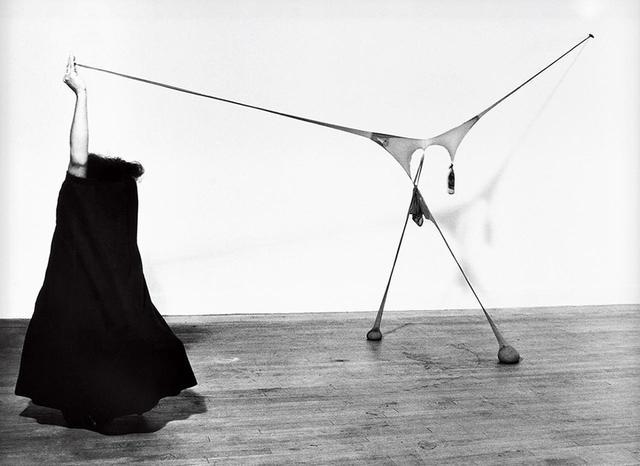 画像: センガ・ネングディ《R.S.V.P.のスタジオでのパフォーマンス》1976年 ゼラチン・シルバー・プリント 1960年代に日本文化と具体美術協会を学ぶため日本に留学したセンガ・ネングディ COURTESY OF SPRÜTHMAGERS,THOMAS ERBEN GALLERY, AND LÉVY GORVY