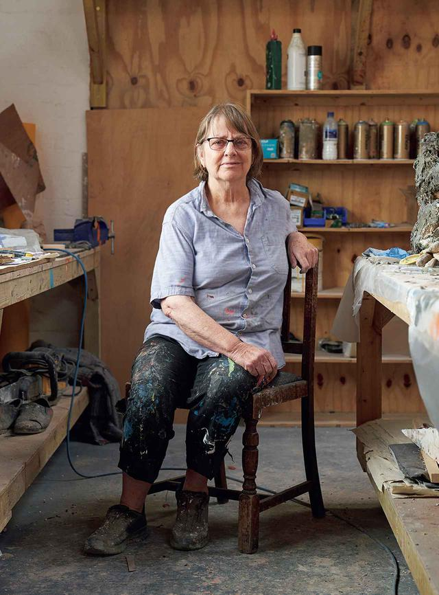 画像: PHYLLIDA BARLOW(フィリダ・バーロウ) 1944年、英国ニューカッスル・アポン・タイン生まれ。チェルシー・アート・カレッジとスレード美術学校で学ぶ。卒業後、美術学校で彫刻を教えながら制作を続け、1980年代から個展を開催。2010年代以降、急速に欧米で注目を集め、'17年に第57回ベネチア・ビエンナーレ英国代表に選ばれる。現在、ミュンヘンのハウス・デア・クンストで大回顧展『フロンティア』を開催中 PHOTOGRAPH BY CAT GARCIA