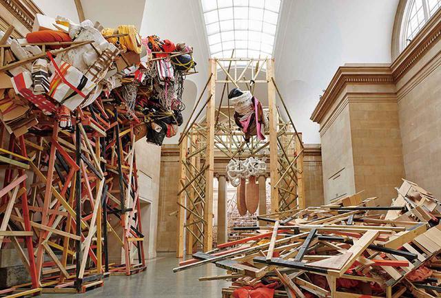 画像: フィリダ・バーロウ展示風景:《フィリダ・バーロウ:突堤 2014》デュヴィーン・ギャラリー、テート・ブリテン(ロンドン)2014年 第二次世界大戦で空襲に見舞われたロンドンには終戦後も廃墟が残り、子どもの頃に見たその風景が影響を与えたという作品。「破壊と修復が私の彫刻のプロセスです」(フィリダ) COURTESY OF HAUSER & WIRTH, PHOTOGRAPH BY ALEX DELFANNE
