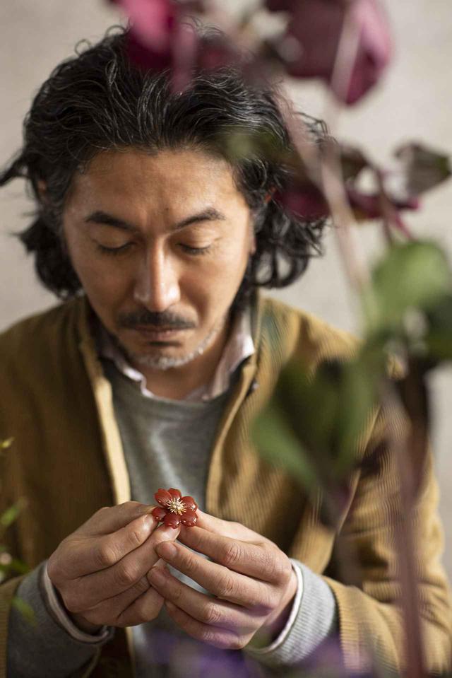 画像: 片桐功敦(ATSUNOBU KATAGIRI) 1973年、大阪生まれ。華道家。1997年、24歳で華道の流派のひとつ「みささぎ流」の家元を襲名。いけばなのスタイルは伝統から現代美術的なアプローチまで幅広く、異分野の作家とのコラボレーションや執筆活動も展開 COURTESY OF VAN CLEEF & ARPELS