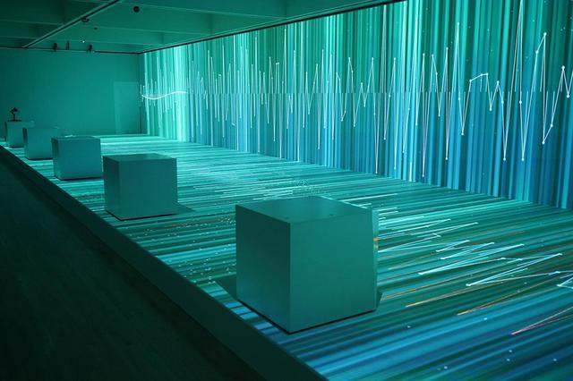 """画像: 《Rhizomatiks × ELEVENPLAY """"multiplex""""》2021年、「ライゾマティクス_マルティプレックス」展示風景(東京都現代美術館、2021年) PHOTOGRAPH BY MURYO HOMMA (RHIZOMATIKS)"""