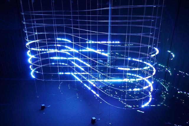 画像: 《particles 2021》2021年 「ライゾマティクス_マルティプレックス」展示風景(東京都現代美術館、2021年) PHOTOGRAPH BY MURYO HOMMA (RHIZOMATIKS)