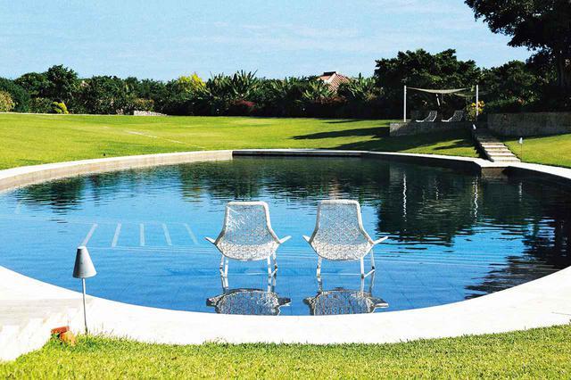 画像: 2012年に開業した「星のや竹富島」。それまで島内にある宿泊施設は民宿だけだったという