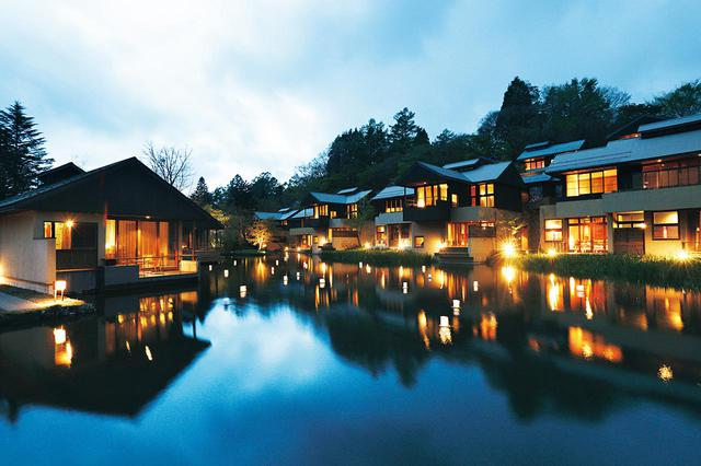 画像: 静謐な森と、千曲川水系の水を湛える池に囲まれた「星のや軽井沢」