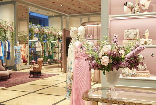 画像: 「グッチ並木」のショップスペース。最新コレクションがフルカテゴリーで店頭に並ぶ ※ 店内の生花は4月28日までの特別な設え