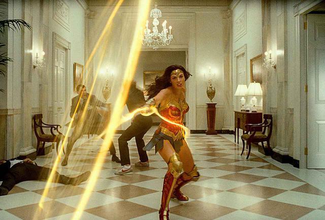 画像: ジェンキンス監督作品『ワンダーウーマン1984』のワンシーンに登場する、ガル・ガドット WONDER WOMAN and all related characters and elements are trademarks of and © DC. Wonder Woman 1984 © 2020 Warner Bros. Entertainment Inc. All rights reserved.