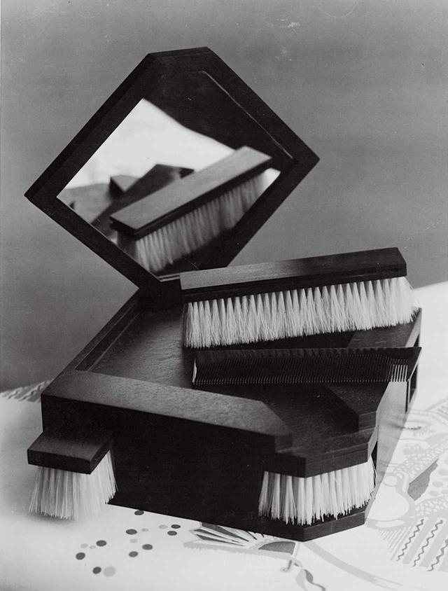画像: ルイ・ヴィトン、日本風のローズウッド製ブラシとべっ甲の櫛のセット(1925~30年頃) THÉRÈSE BONNEY, LOUIS VUITTON BRUSH SET AND BOX, 1925-30, MADE FROM PALISSANDRE BRUSHES AND TORTOISESHELL COMB © THE REGENTS OF THE UNIVERSITY OF CALIFORNIA, COURTESY OF THE SMITHSONIAN LIBRARIES, WASHINGTON, D.C.