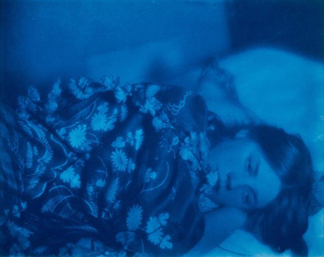 """画像: 《花柄の着物姿で横たわるフローレンス・ピーターソン》。フランスの写真家ポール・ビュルティ・アヴィラン ドが 1909~'10年 頃 に 撮影。彼の祖父はジャポニスムという造語を生んだ美術評論家のフィリップ・ビュルティ PAUL BURTY HAVILAND, """"FLORENCE PETERSON LYING DOWN, IN A FLORAL KIMONO,"""" 1909-10, CYANOTYPE, PHOTO:RENÉ-GABRIEL OJÉDA, MUSÉE D'ORSAY, DIST. RMN-GRAND PALAIS/PATRICE SCHMIDT/DISTRIBUTED BY AMF"""
