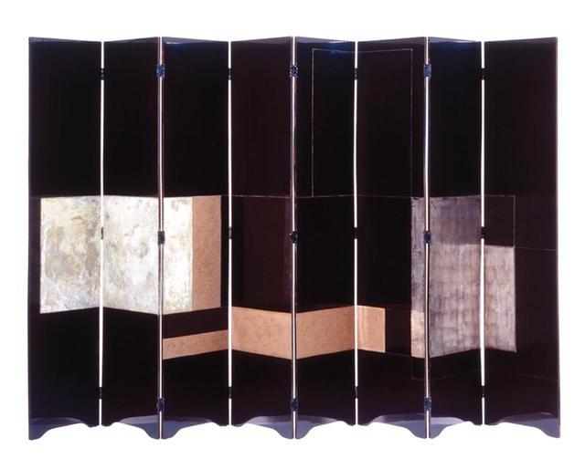 画像: パリを拠点に活躍したデザイナー、アイリーン・グレイによる屛風。木の粉や砥の粉などと混ぜた漆で布を貼り、それを何層にも重ねる日本の伝統技法で制作(1923年頃) EILEEN GRAY, SCREEN, WOOD WITH RED AND BLACK LACQUER, SILVER LEAF AND BRASS, CIRCA 1923 © EILEEN GRAY/VICTORIA AND ALBERT MUSEUM, LONDON