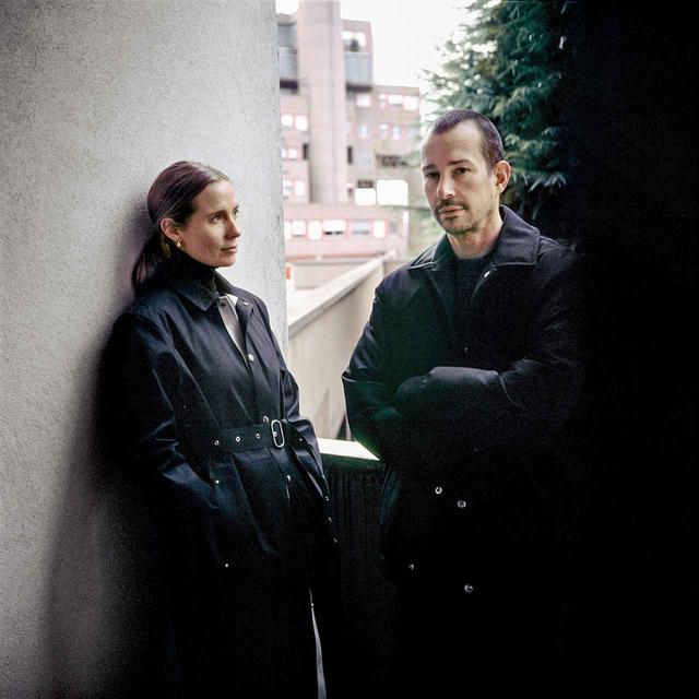 画像: ルーク「オリヴィエ・ケルヴェルヌ撮影の私たち(2020年12月)。ルーシーはジル サンダー、私はOAMCとジル サンダーを着用。コム デ ギャル ソンやシュプリームの服もよく着ています」 © OLIVIER KERVERN