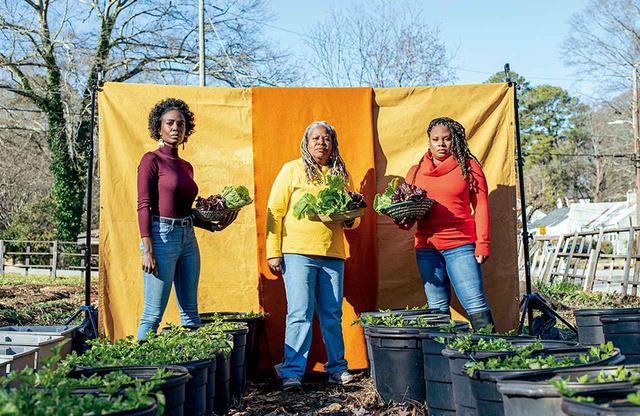 画像: (左から)パッチワーク・シティ・ファームスのジャミラ・ノーマン、ブラック・アーバン・グローワーズのカレン・ワシントンと全米ブラックフード&ジャスティス連合のダラ・クーパー。アトランタにあるノーマンの農場で。2021年1月18日撮影 SET DESIGNER'S ASSISTANT: HARRY SMITH