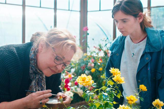 画像: カトリーヌ・フロ(写真左)はフランスで最も栄誉あるセザール賞でこれまでに10回ノミネートされ、2度受賞している実力派 THE ROSE MAKER © 2020 ESTRELLA PRODUCTIONS – FRANCE 3 CINÉMA – AUVERGNE-RHÔNE-ALPES CINÉMA