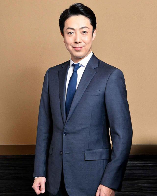 画像: 尾上菊之助(ONOE KIKUNOSUKE) 歌舞伎俳優。1977年生まれ。七代目 尾上菊五郎の長男。1984年に六代目 尾上丑之助を名乗り初舞台。1996年に五代目 尾上菊之助を襲名。2005年には蜷川幸雄演出による『NINAGAWA 十二夜』を実現し注目された。近年は『伽羅先代萩』の政岡など女方の大役を勤めるほか、『義経千本桜』の知盛など立役にも意欲的に取り組んでいる。新作歌舞伎でも大きな挑戦が続き、2017年『極付印度伝 マハーバーラタ戦記』、2019年には宮崎駿原作の『風の谷のナウシカ』を通し狂言として上演し話題となった。「五月大歌舞伎」では、長男の七代目 尾上丑之助が『春興鏡獅子』胡蝶の精で共演 Ⓒ SHOCHIKU