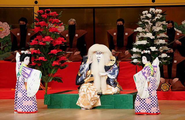 画像: 『春興鏡獅子』 (左から)胡蝶の精=尾上丑之助、獅子の精=尾上菊之助、胡蝶の精=坂東亀三郎(2021年5月歌舞伎座) Ⓒ SHOCHIKU