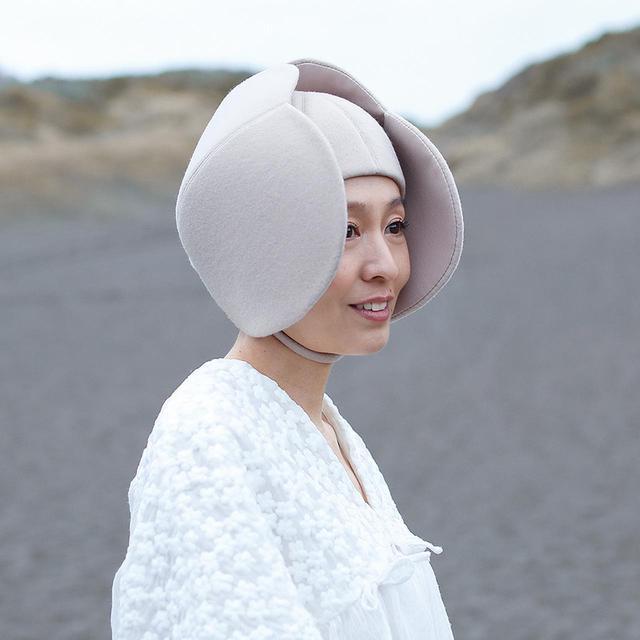 """画像: 幾田桃子(MOMOKO IKUTA) 1976年、埼玉県生まれ。南カリフォルニア大学卒業。""""命の誕生""""をイメージしてデザインした""""蕾""""のヘッドピースを着用"""