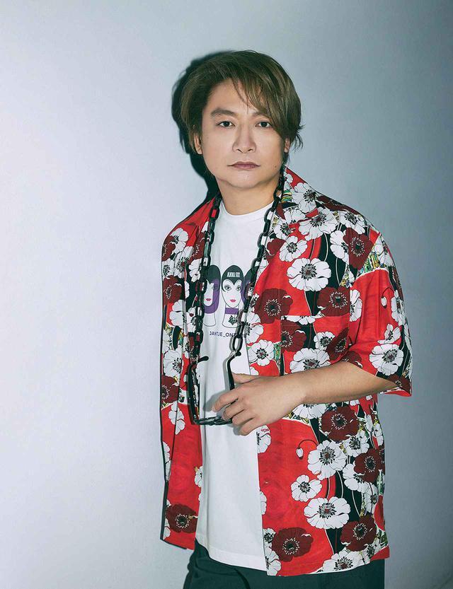 画像: アナ スイとのコラボレーション商品は、この夏発売予定。アート性の高いアロハシャツやTシャツは、ユニセックスなサイズ展開の予定 アロハシャツ¥30,800、中に着たTシャツ¥13,200/ヤンチェ_オンテンバール×アナ スイ ヤンチェ_オンテンバール TEL.0570(022)771 サングラス¥44,000、サングラスチェーン¥22,000/アナ スイ アナ スイ ジャパン TEL.03(6635)6470 パンツ¥13,500/COS 銀座店 COS 銀座店 TEL.03(3538)3360