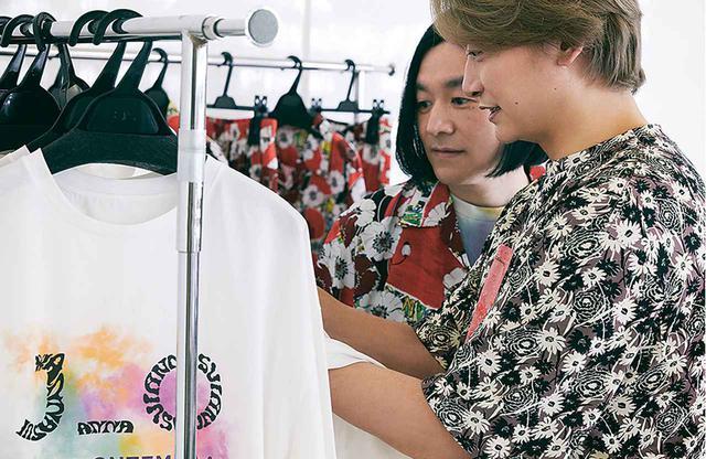画像: 「ヤンチェ_オンテンバール」は香取慎吾とスタイリスト祐真朋樹がディレクションするファッションブランド。この日はふたりで撮影の合間にアナ スイとのコラボレーションのサンプルをチェック。ファッション好きたちの鋭い目が印象的