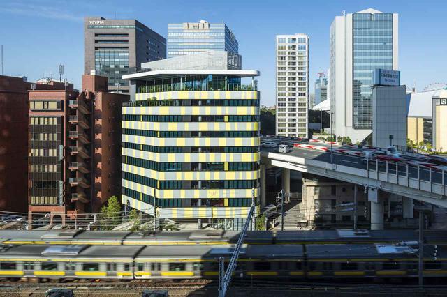 画像: ホテルの全景。黄色とグレーの目立つ色彩は、下を走るJR総武線とコーディネートしているようにも見える配色