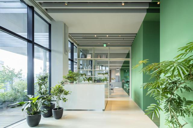 画像: レセプションのある最上階の9階にはカフェを併設。宿泊客以外も利用可能