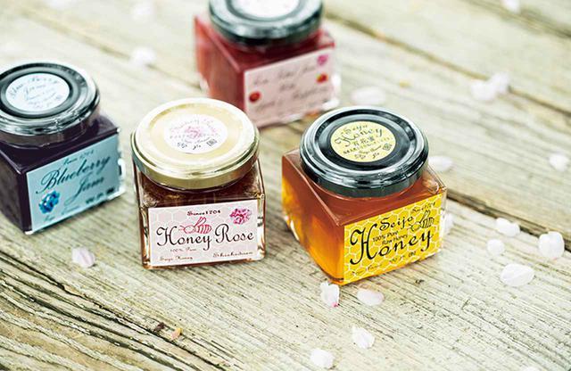 画像: 実に洗練された味わいの自家製ジャム (左から時計回りに)ブルーベリージャム、バラのジャム、自家製の非加熱の蜂蜜、バラ入り蜂蜜各¥1,512~